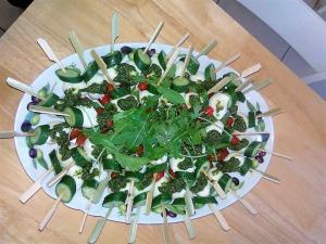 ΜΙΝΙ ΣΟΥΒΛΑΚΙ με - αγγούρι, μοτσαρέλα μίνι, ντοματίνια και σάλτσα από πέστο βασιλικού