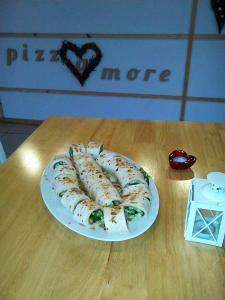 ΡΟΛΑ ΤΟΡΤΙΓΙΑΣ γεμιστά με - χοιρινή ωμοπλάτη, μοτσαρέλα, ομελέτα, σαλάτα, σάλτσα πάπρικας