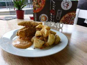 Τραγανά φιλετάκια πανέ κοτόπουλο με σως πάπρικας και φρέσκιες τηγανητές πατάτες